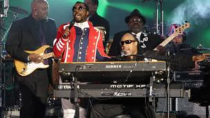 Stevie Wonder and Will.i.am performing outside Buckingham Palace