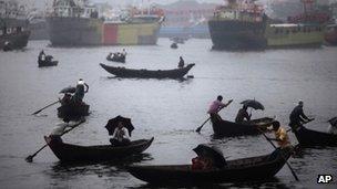 People cross river in Dhaka. Photo: June 2012