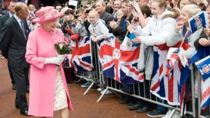 Queen meets well wishers in George Square, Glasgow