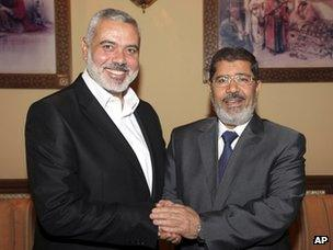 Ismail Haniya shakes hands with Mohammed Mursi (26 July 2012)
