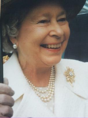 Y Frenhines yn Salford, mis Hydref 2000