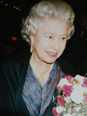 Y Frenhines ym Manceinion ym mis Rhagfyr 1996