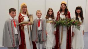 Cyflwynydd y Corn Hirlais, Macwyaid y Llys, Cyflwynydd y Flodeuged a Morynion y Llys