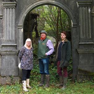Linda Harvey, Hostel Cwm Pennant; Harry Huddart, disgynnydd i'r teulu a chyfarwyddwr y prosiect, Mark Baker