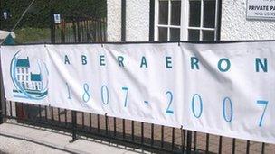 Baner dathliadau deucanmlwyddiant Aberaeron yn 2007