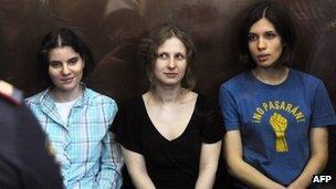 Yekaterina Samutsevich (L), Maria Alyokhina (C) and Nadezhda Tolokonnikova (R) in court in Moscow (17 Aug 2012)