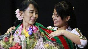 Aung San Suu Kyi receives flowers and a shawl at Memorial Coliseum in Fort Wayne, Indiana, September 25