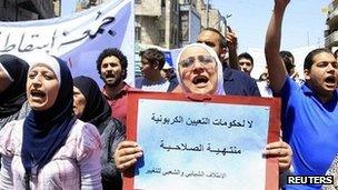 """A woman holds up a banner saying """"No to an expired government"""" at a protest demanding political reforms in Amman (4 May 2012)"""