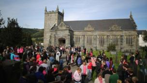 Cannoedd o bobl y tu allan i Eglwys San Pedr Machynlleth