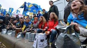 Protesters shout slogans and bang on buckets in Kiev. Photo: 5 November 2012