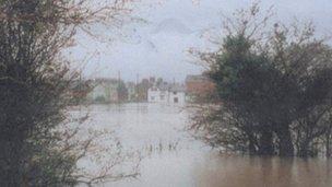 Yr Afon Alun wedi gorlifo yn 2000 ger Llys Pont Y Felin