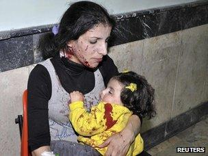 An injured mother cuddles her daughter in Damascus following the bombing in Waroud (6 November 2012)