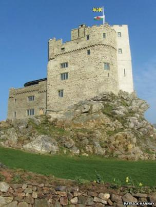 Castell y Garn ger Tyddewi