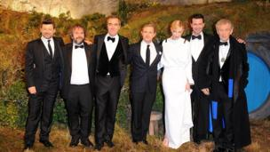 Hobbit cast pose for picture