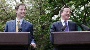 Nick Clegg a David Cameron efo'i gilydd ar ôl y cytundeb i greu clymblaid yng Ngardd Downing Street