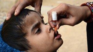 Child receives polio vaccine in Karachi (8 January 2013)