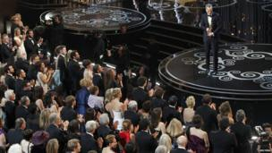 Daniel Day-Lewis makes his acceptance speech on stage.