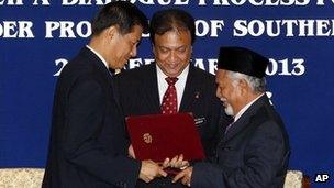 Secretary General of Thailand's National Security Council Paradorn Pattanatabutr and rebel leader Hasan Taib shake hands in Kuala Lumpur (28 Feb 2013)