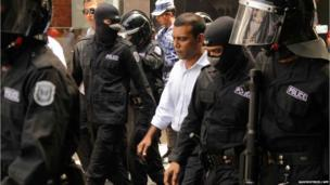 Mohamed Nasheed surrounded by police