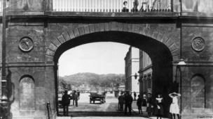 Shipquay Gate in Derry City circa 1900: