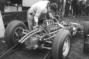 Mechanics warm up Jo Bonnier's Lotus Climax