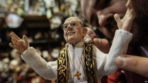 Designer Genny Di Virgilio finishes a statuette depicting Pope Francis in his shop in Naples (14 March 2013)