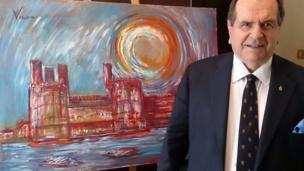 Andrew Vicari o flaen ei lun o Gastell Caernarfon