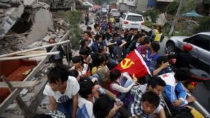 Volunteers enter Longmen town, Sichuan province (21 April 2013)