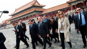 France's President Francois Hollande (centre) and his partner Valerie Trierweiler (second right)) tour the Forbidden City as part of a two-day visit in Beijing