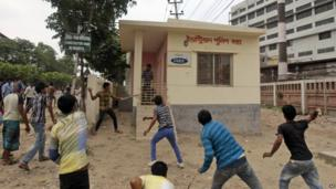 Police control station attacked by mob. 27 April 2013