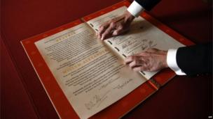 Deed of abdication is displayed at the Royal Palace in Amsterdam (30 April 2013)