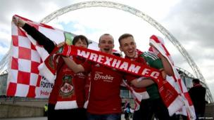 Cefnogwyr Wrecsam yn cyrraedd Wembley ar gyfer y gêm fawr.