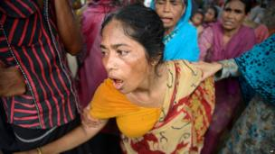 The mother of a worker who died in the Rana Plaza collapse reacts after her body is identified (9 May 2013)