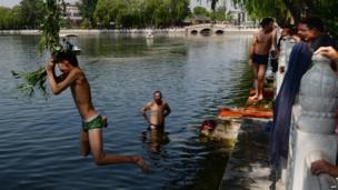 Chinese boy leaps into Houhai Lake, Beijing (14 May 2013)