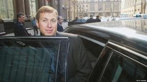 Russian businessman Roman Abramovich arrives for a news conference at the Ararat Hyatt Park Hotel on 22 April, 2003