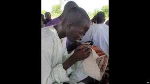 A Nigerian in Cameroon sewing - Saturday 25 May 2013