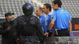 Riot police talks to match officials during the Lanas-Estudiantes game in La Planta (10 June 2013)