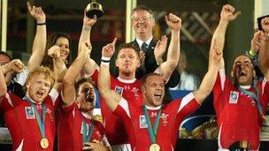 Cymru enillodd bencampwriaeth saith-bob-ochr y byd yn 2009