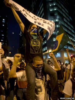 Protesters march in Rio de Janeiro, 17 June 2013