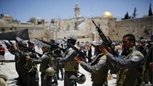 Israeli border policemen inspect their weapons before patrolling the Western Wall in Jerusalem (21 June 2013)