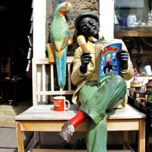 Mime artist outside Cullen Collectables