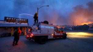 Firefighters spray water on a restaurant in Yarnell (30 June 2013)