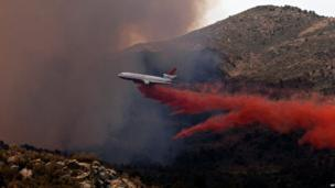 A plane makes a retardant drop over Yarnell (30 June 2013)