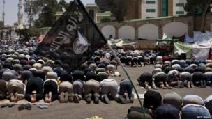 Morsi supporters at midday prayers in Cairo (4 July 2013)