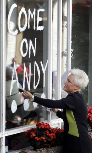 Gaynor Muir paints message of support on her shop window in Dunblane.