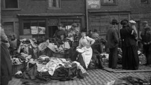 Stall holder reading, Paddy's Market, Edgar Lee, c 1892