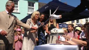 The Duchess cuts the cake made by Kirsty Dingle