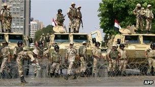Soldiers block a road in Cairo, Egypt (19 July 2013)