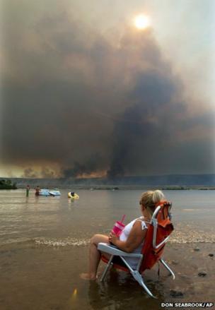 Jody Erickson watches the Colockum Tarps fire
