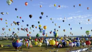 More than 400 hot-air balloons prepare to take off